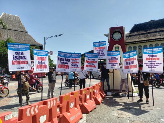 Gelar Aksi di Depan Pasar Gede, Komunitas Ini Ingatkan Penggunaan Antimikroba (260602)