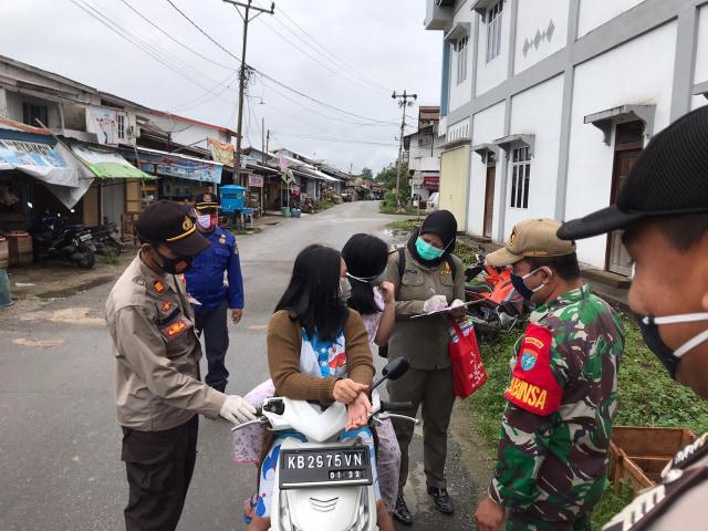 38 Orang di Sekadau Tarjaring Razia Masker, Petugas Ingatkan Warga Disiplin 3M (303100)