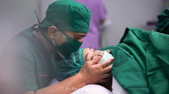 Penuh Haru, 10 Momen Oki Setiana Dewi Melahirkan Anak Ke-4 (200471)