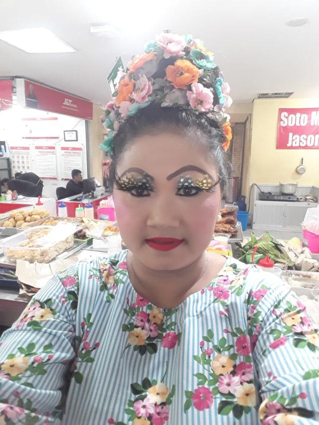 Melihat Penampilan Unik Penjual Kue Khas Pontianak di ITC Mangga Dua (13304)