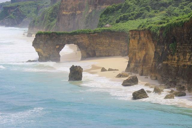 Viral Batu Cincin Ikonik Pantai Mbwana Sumba Runtuh, Begini Penampakannya (64645)