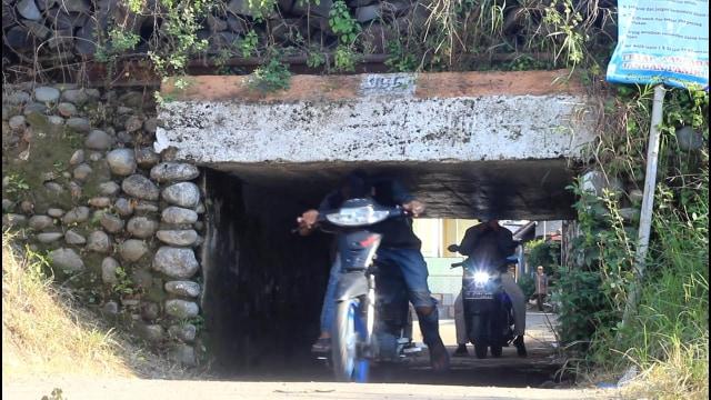 Foto: Potret Warga Brebes Saat Melintas Terowongan Sempit yang Viral (38673)