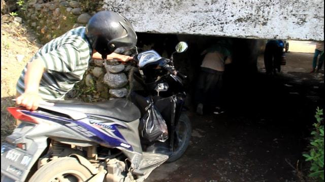 Foto: Potret Warga Brebes Saat Melintas Terowongan Sempit yang Viral (38674)
