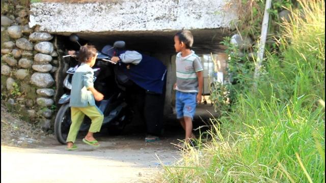 Foto: Potret Warga Brebes Saat Melintas Terowongan Sempit yang Viral (38675)