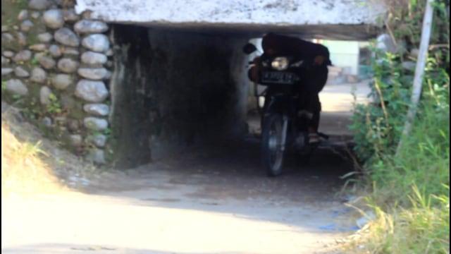 Foto: Potret Warga Brebes Saat Melintas Terowongan Sempit yang Viral (38676)
