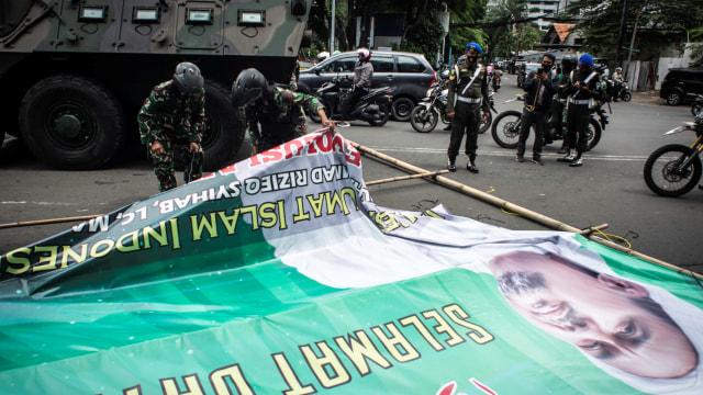 Aparat Bersitegang dengan Massa FPI Saat Copot Spanduk Habib Rizieq di Slipi (480290)