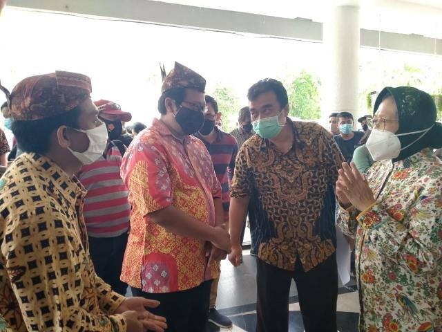 Wali Kota Surabaya Terima Bantuan Ransum Pasien COVID-19 (287610)