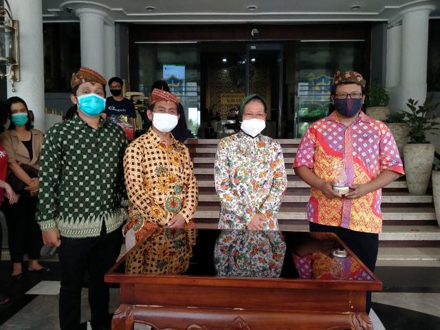 Wali Kota Surabaya Terima Bantuan Ransum Pasien COVID-19 (287611)