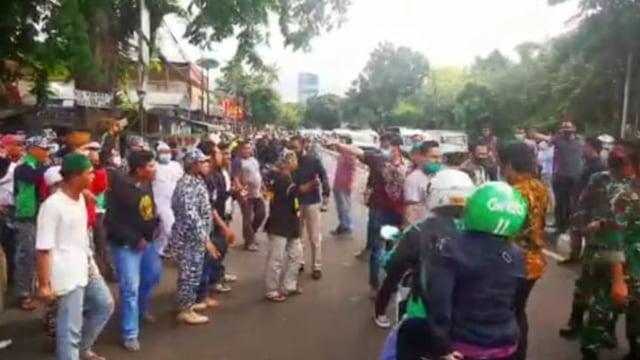 Aparat Bersitegang dengan Massa FPI Saat Copot Spanduk Habib Rizieq di Slipi (480288)