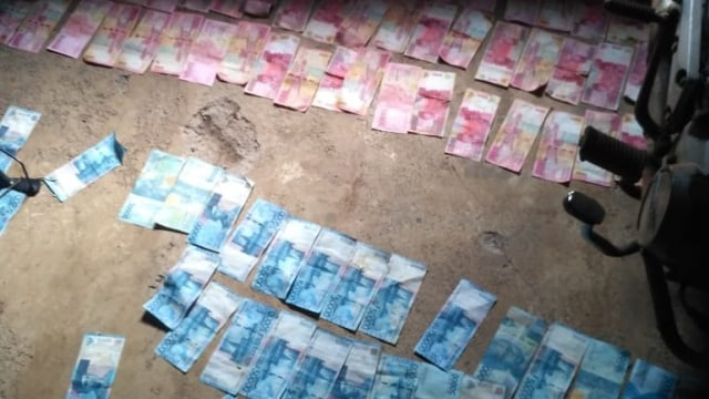 Polisi Imbau Warga Desa Tidak Pakai Uang yang Tercecer di Saluran Irigasi  (564120)