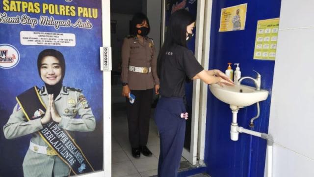 Satlantas Polres Palu Terapkan Protokol Kesehatan di Pelayanan SIM  (302101)