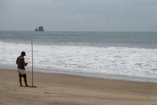 Isu Tsunami, Pantai Kangen di Malang Kembali Sepi (17591)