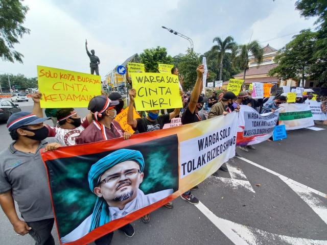 Aksi Penolakan Habib Rizieq di Kota Solo, Massa Dibubarkan Polresta Surakarta (49413)
