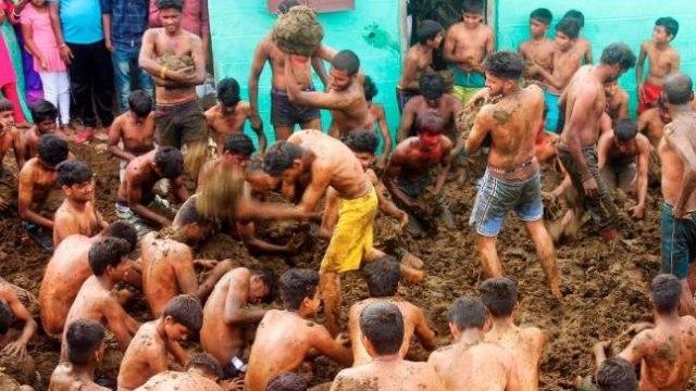 Desa di India Akhiri Festival Diwali dengan Lempar Kotoran Sapi (664777)