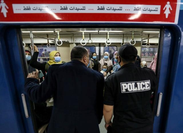 Foto: Polisi Mesir Razia Masker di Stasiun (48446)