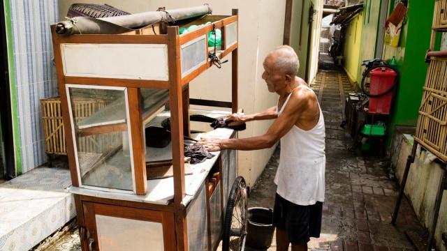 Kisah Kakek Penjual Soto di Jogja, Usia 93 Tahun Masih Kuat Dorong Gerobak (47134)