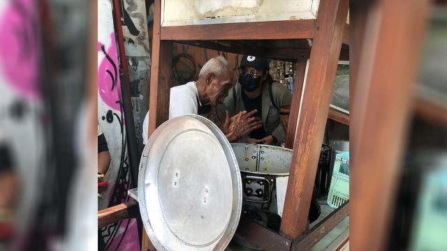 Kisah Kakek Penjual Soto di Jogja, Usia 93 Tahun Masih Kuat Dorong Gerobak (47139)