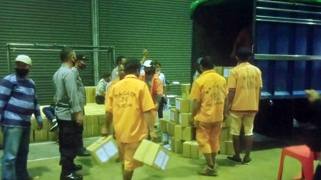 Kapolda Sulut Pantau Langsung Kedatangan Surat Suara di Pelabuhan Bitung (649476)