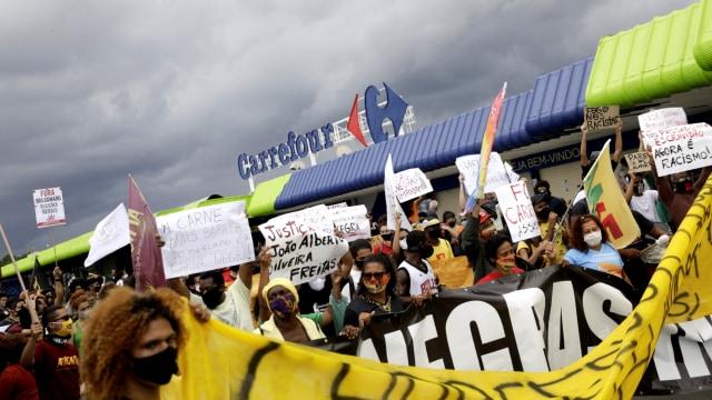 Foto: Aksi Demo Black Lives Matter di Depan Carrefour di Brasil (10499)