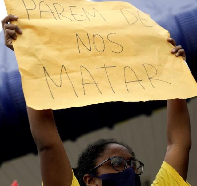 Foto: Aksi Demo Black Lives Matter di Depan Carrefour di Brasil (10498)