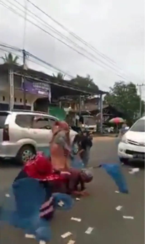 Video Pengendara Mobil Sebar Uang Ratusan Ribu di Jalan Raya, Warga Rebutan (14044)