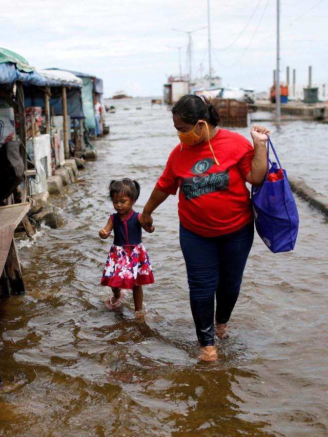 Foto: Aktivitas Warga di Tengah Genangan Banjir Rob di Pelabuhan Kali Adem (590495)