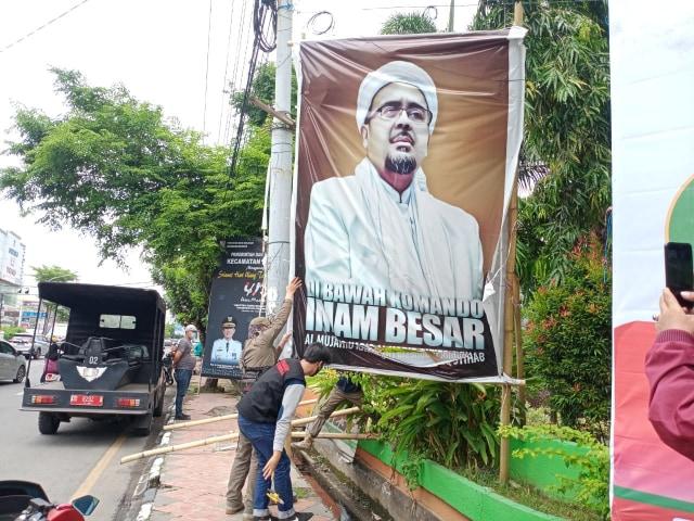 Satpol PP Sebut FPI Makassar Ikut Turunkan Baliho Habib Rizieq (112490)