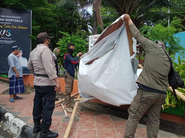 Satpol PP Sebut FPI Makassar Ikut Turunkan Baliho Habib Rizieq (112492)