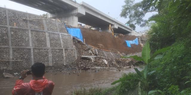Baru Selesai Dibangun, Plengsengan Jembatan Kedungkandang di Malang Ambrol (391019)
