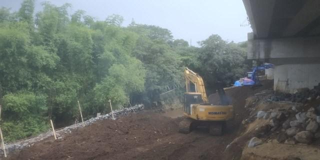 Baru Selesai Dibangun, Plengsengan Jembatan Kedungkandang di Malang Ambrol (391020)