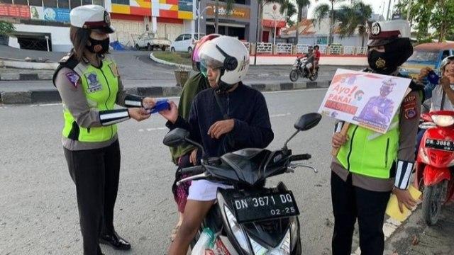 Corona, Polisi Lalu Lintas di Palu Terus Ingatkan Pengguna Jalan Pakai Masker (106009)