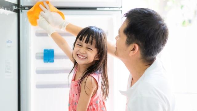 Ide Main Sambil Belajar untuk Anak Balita: Membersihkan Kulkas (89645)