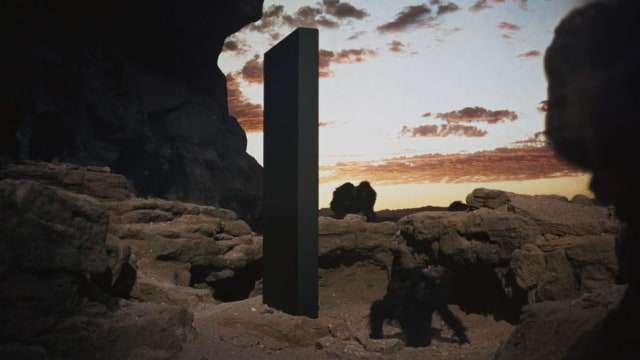 Heboh Tugu 'Alien' Metal Misterius Muncul di Tengah Gurun, Tingginya 3,6 Meter (467544)