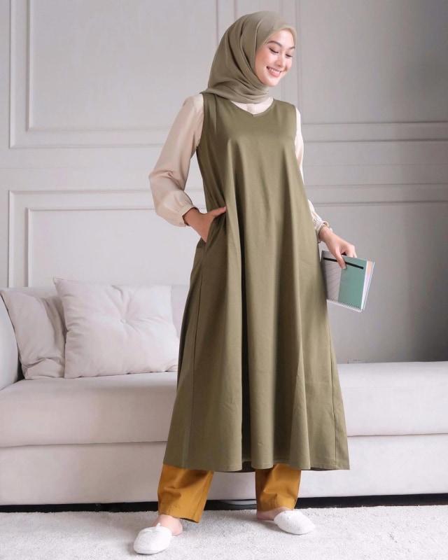 Ini 5 Cara Padu Padan Baju Tanpa Lengan untuk Kamu yang Berhijab (37114)
