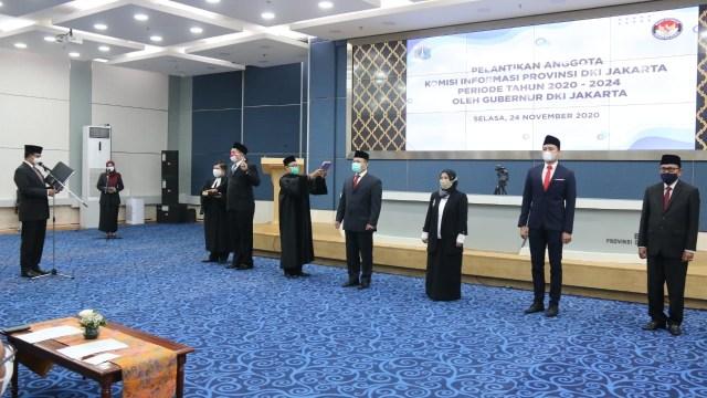 Anies Lantik 5 Anggota Komisi Informasi DKI Jakarta Periode 2020-2024  (56285)