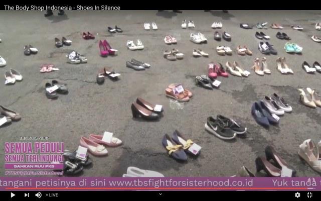 Ratusan Sepatu Mejeng di Depan DPR Saat Aksi Tuntut RUU PKS Segera Disahkan (105862)