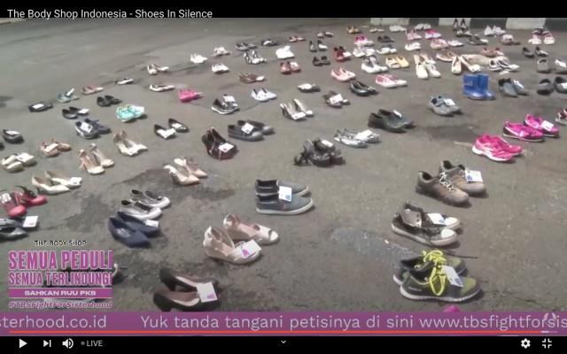 Ratusan Sepatu Mejeng di Depan DPR Saat Aksi Tuntut RUU PKS Segera Disahkan (409058)