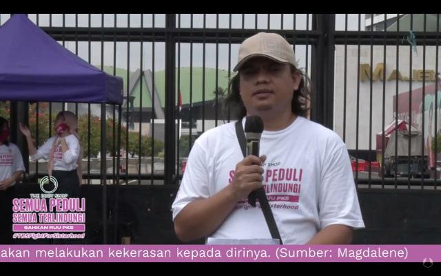 Ratusan Sepatu Mejeng di Depan DPR Saat Aksi Tuntut RUU PKS Segera Disahkan (105863)