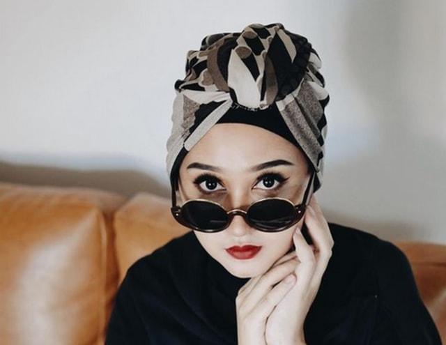 5 Inspirasi Outfit Hijab Warna Pastel ala Desainer Dian Pelangi (83179)