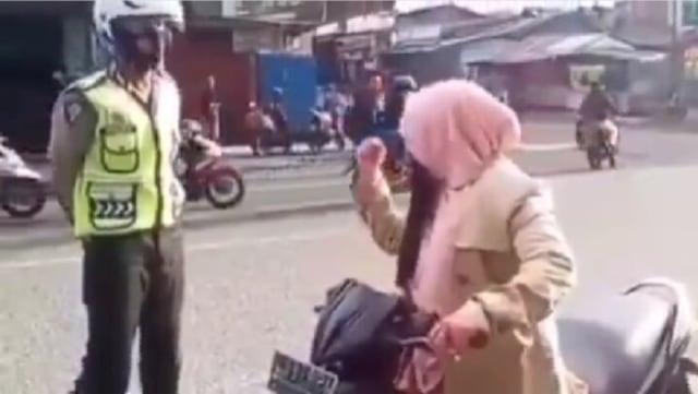 Viral Aksi Emak-emak Lolos dari Tilang Polisi usai Menyebut Kalimat Ini (83770)