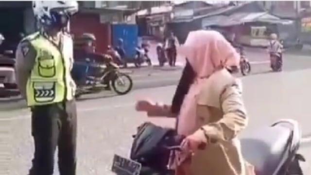 Viral Aksi Emak-emak Lolos dari Tilang Polisi usai Menyebut Kalimat Ini (83771)