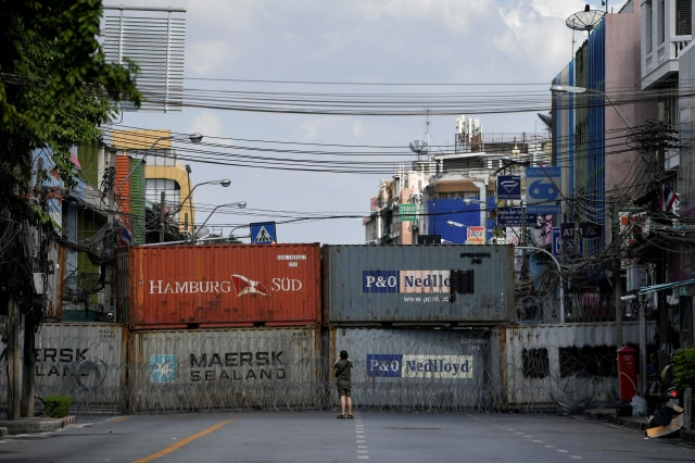 Foto: Polisi Thailand Pasang Peti Kemas dan Kawat Berduri untuk Hadapi Pendemo (14093)