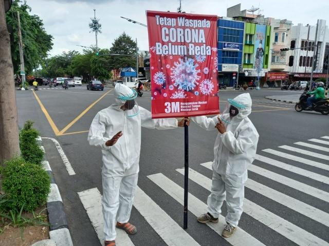 Prihatin Corona semakin Meningkat, 2 Warga Solo Pakai Baju Hazmat di Perempatan  (58938)