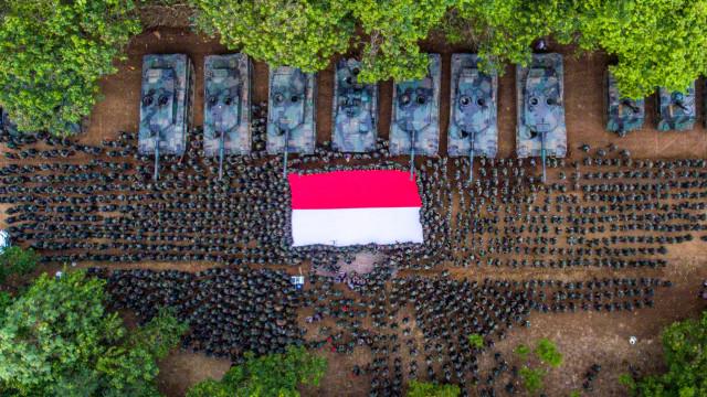 Foto: Bendera Merah Putih Dibentangkan saat Puncak Latihan Tempur TNI AD (77574)
