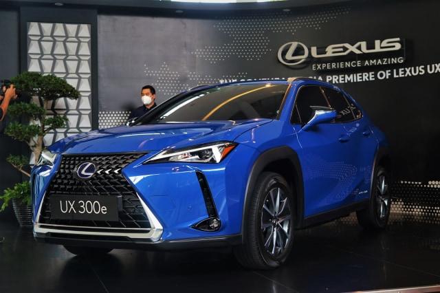 Video: First Impression Lexus UX 300e, Mobil Listrik Premium Termurah saat Ini (220404)