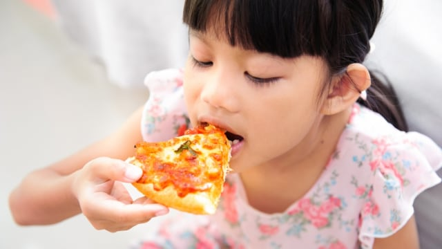 Anak Suka Makan Pizza, Sehat Enggak Ya? (131405)