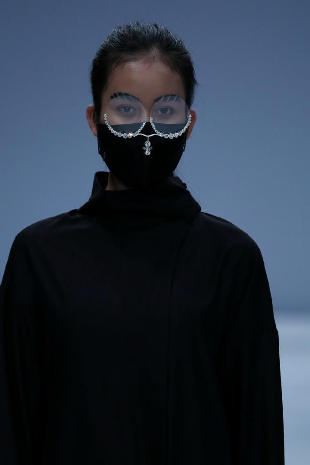 25 Tahun Berkarya, Rinaldy Tampilkan Masker & Face Shield Futuristik di JFW 2021 (27)