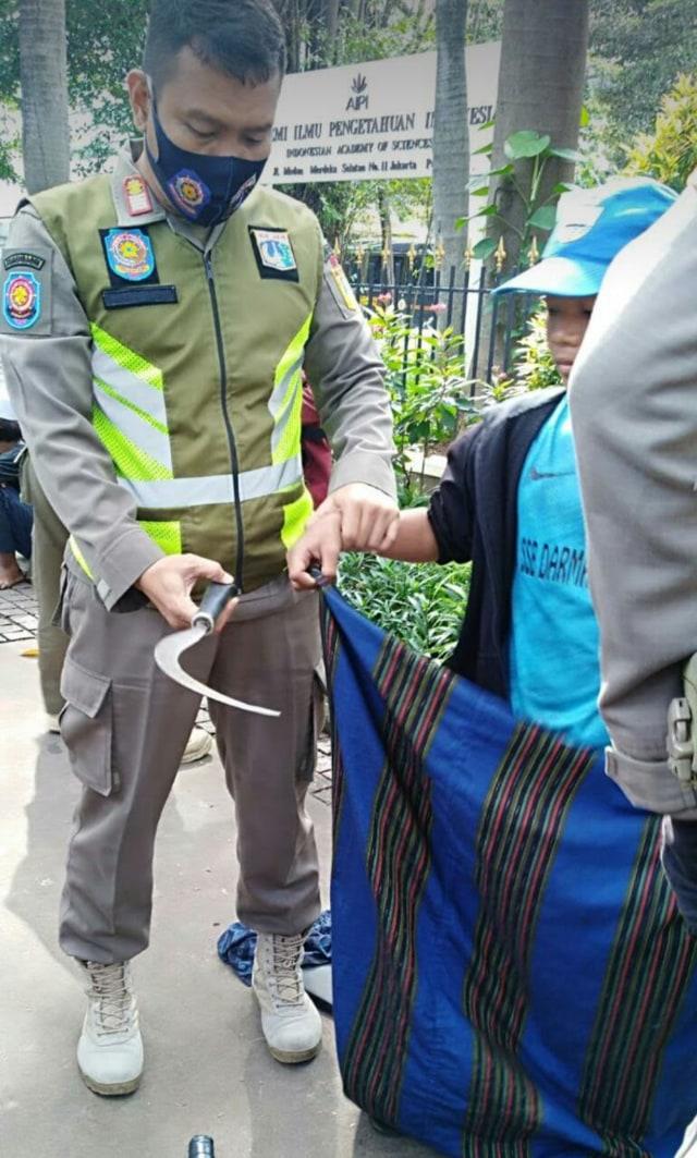 Sejumlah Pemuda Tenteng Celurit di Medan Merdeka Selatan, Satpol PP Bertindak (8317)