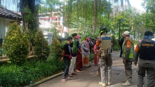 Sejumlah Pemuda Tenteng Celurit di Medan Merdeka Selatan, Satpol PP Bertindak (8318)