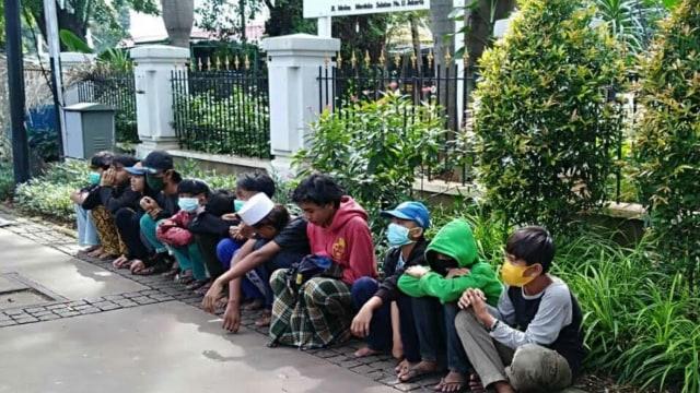 Sejumlah Pemuda Tenteng Celurit di Medan Merdeka Selatan, Satpol PP Bertindak (8316)
